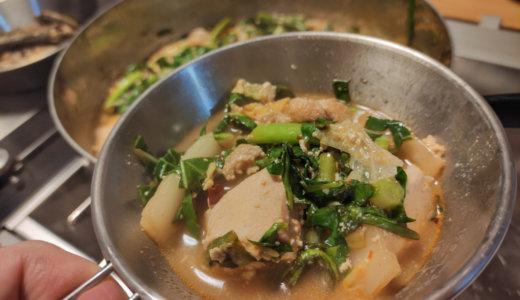 豆乳坦々鍋に麻辣ドレッシングで和えたサラダを加えて味に深みを。